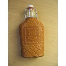 Csatos üveg (domborított, kézzel metszett, mintázott bőrborítással)-Címer motívummal