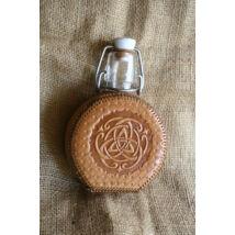 Csatos üveg (bőrborítással)- domborított, kelta korong motívummal, barna cérnával